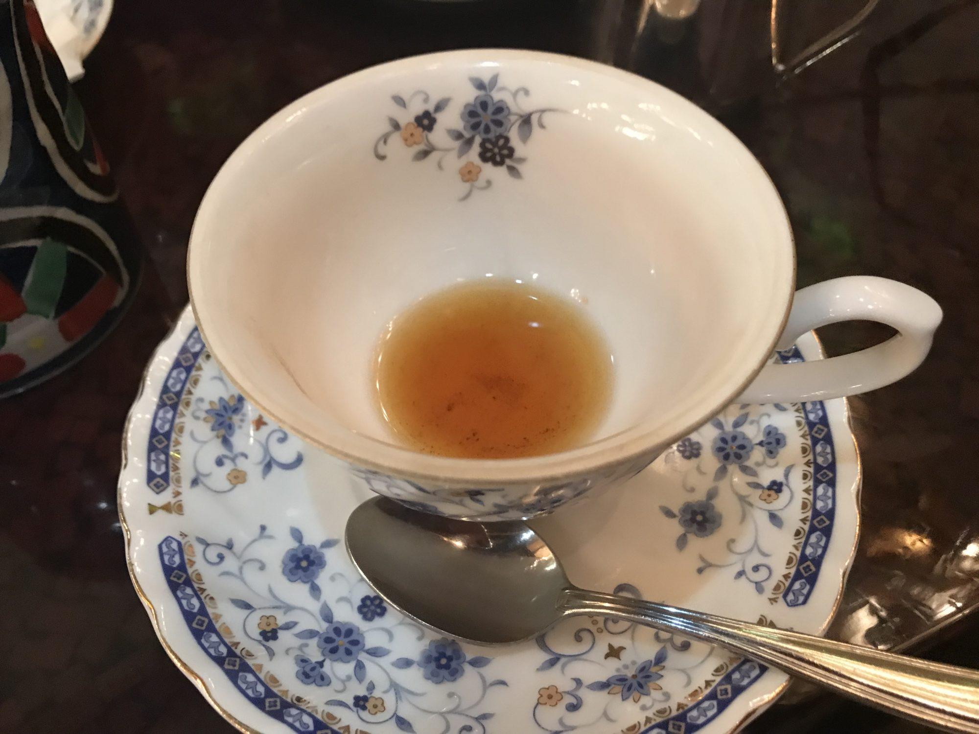 紅茶飲み干す